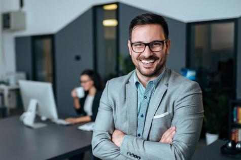 Porträtbild eines Analyst. Die Rolle der WebGIS-Analysten nehmen Mitarbeiter unterschiedlicher Abteilungen ein.